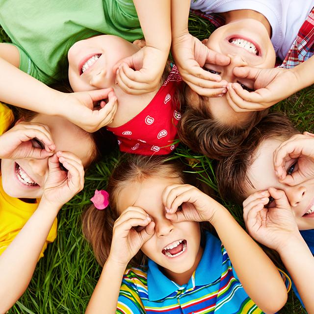 Blije kinderen - groen schoolplein